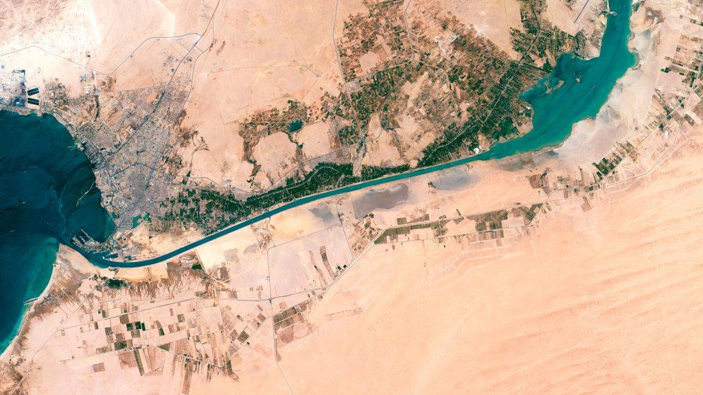 Egipto decide suspender la navegación por el canal de Suez